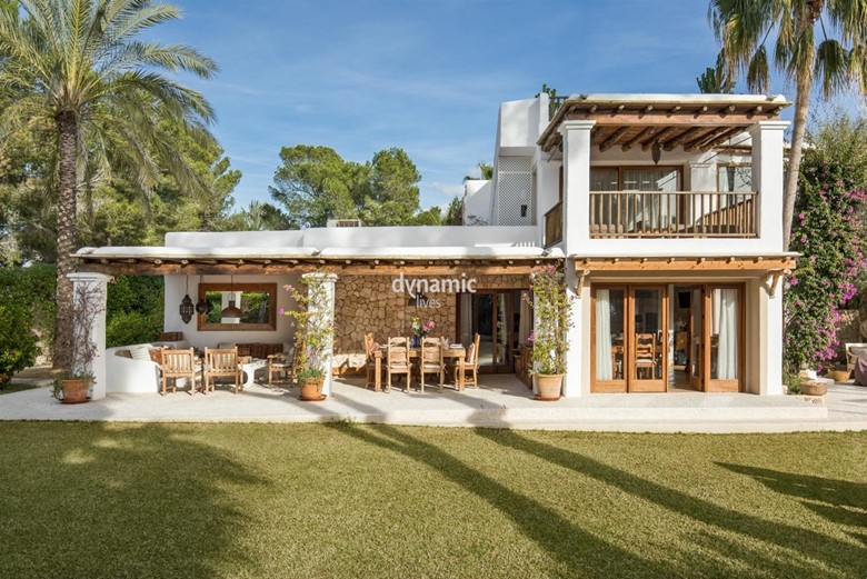 Ibiza, Hotels vs Luxury Villas